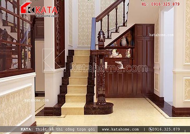 Cầu thang đi lên tầng 2 của mẫu thiết kế lâu đài 3 tầng kiến trúc Pháp cổ điển