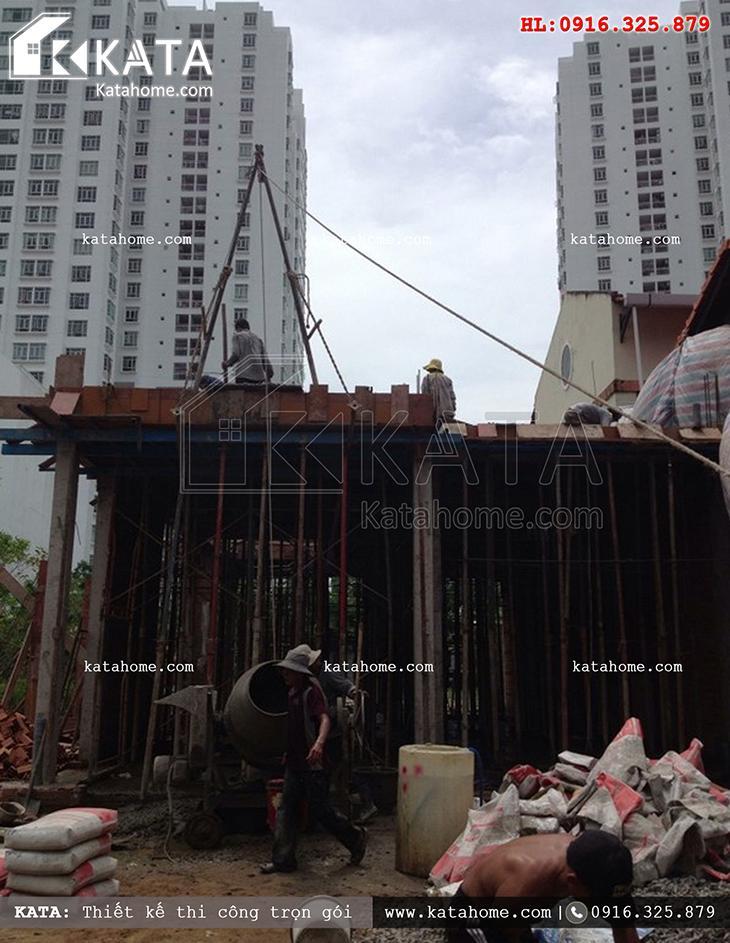 Đổ bê tông thương phẩm mái tầng 1 của mẫu biệt thự 3 tầng thi công trọn gói