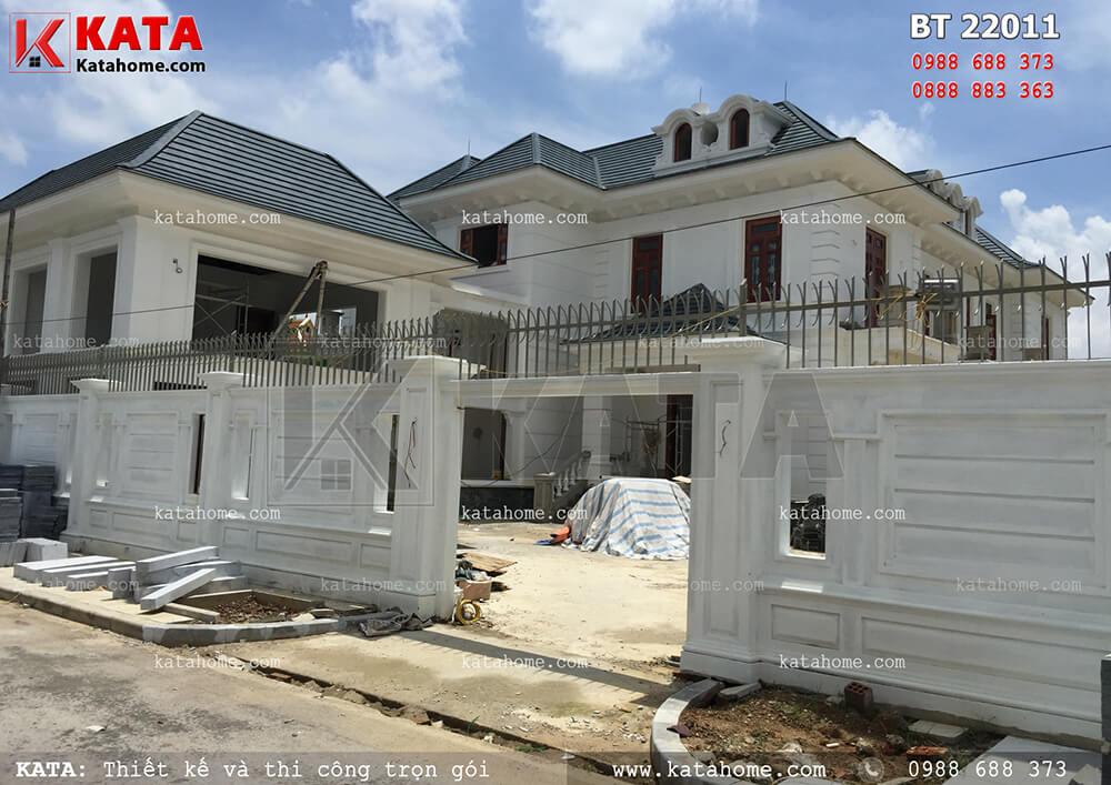 Giai đoạn thi công hoàn thiện phần cổng phụ của biệt thự vườn 2 tầng đẹp