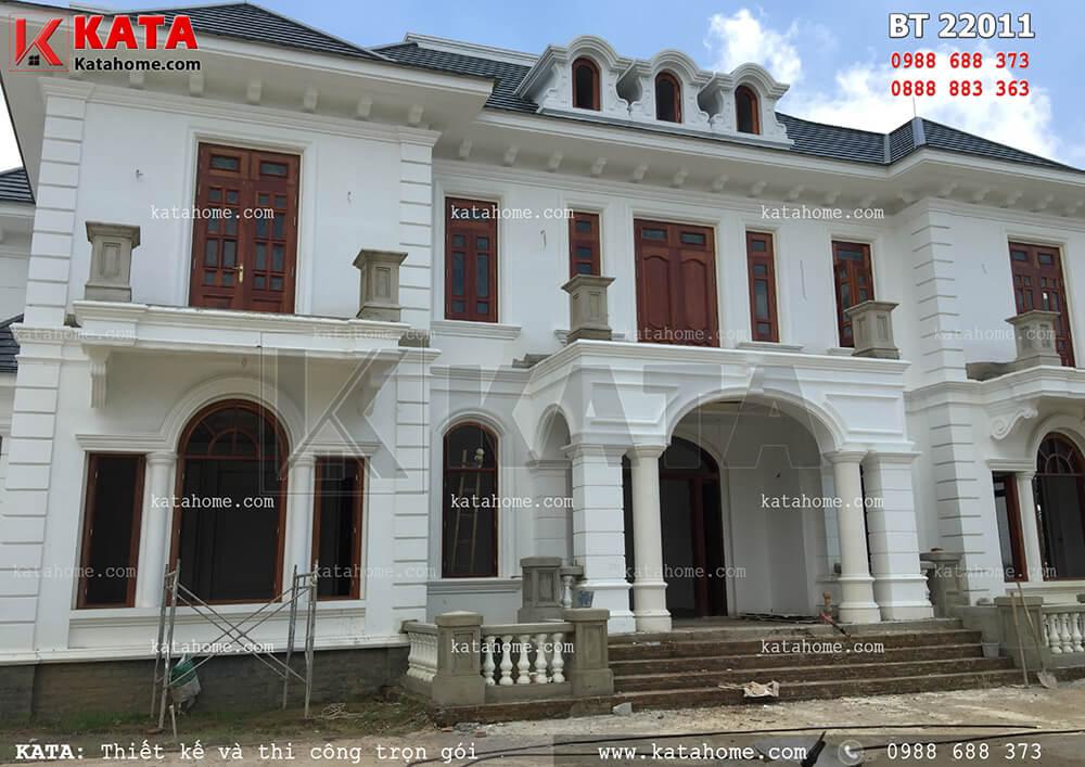 Thi công, hoàn thiện phần mặt tiền mẫu biệt thự 2 tầng vườn đẹp tại Thanh Hóa