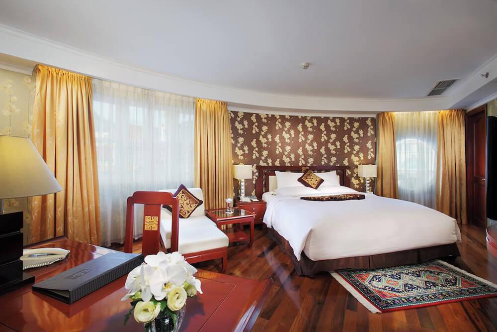 Không gian nội thất phòng ngủ của khách sạn Rex