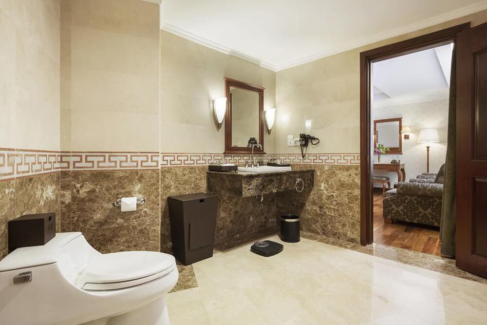Tại khách sạn Rex, không gian phòng WC được thiết kế gọn gàng, sạch sẽ với các tone màu sang trọng