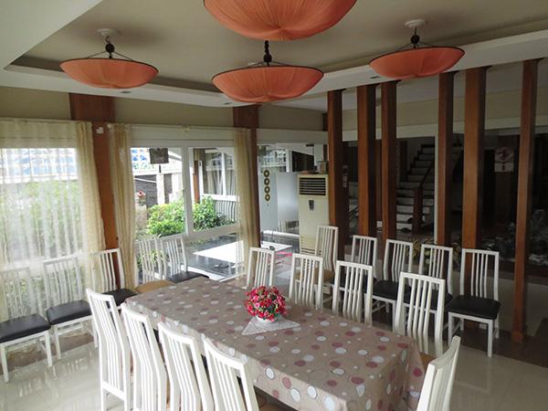 Không gian sum họp của gia đình được thiết kế rộng rãi kết hợp với bộ bàn ghế trang nhã tạo thêm điểm nhấn khác biệt.