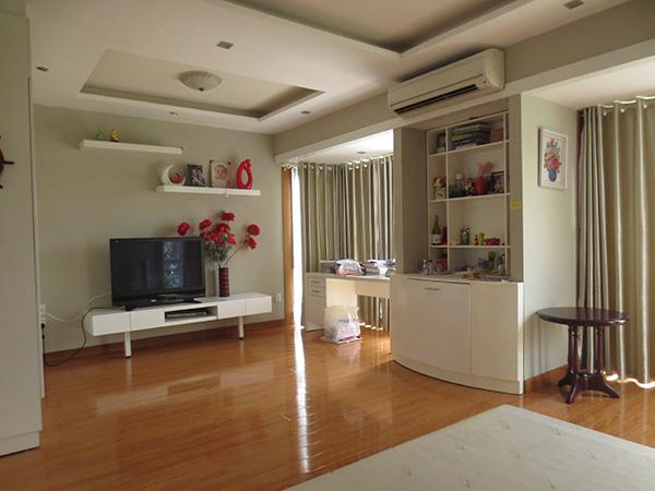 Phòng ngủ được thiết kế đẹp mắt và khá ấm áp, một bên tường lắp kính cường lực để ánh sáng có thể chiếu vào.