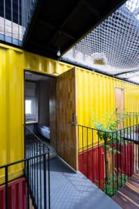 Công trình được xây dựng giống cho gia đình lớn với phòng ngủ, phòng bếp và phòng khách, sân chơi...