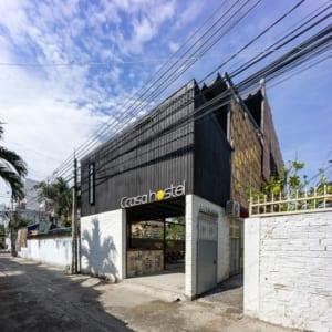 Khách sạn nằm trên đường Sao Biển, thuận lợi để tham quan các điểm nổi tiếng Nha Trang như Hòn Chồng – Hòn Vợ, tháp Bà Ponagar...