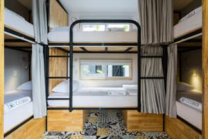 Khách sạn có phòng 6 giường (dạng giường tầng) với giá ngày thường là 155.000 đồng một ngườ