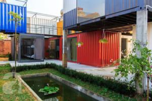 Phòng cho khách là khối container 2 tầng màu sắc.