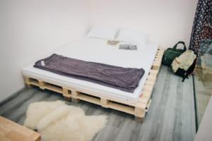 Phòng đôi với giường từ pallet gỗ.