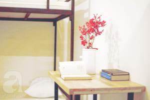 Mỗi giường có một bàn nhỏ để đồ.