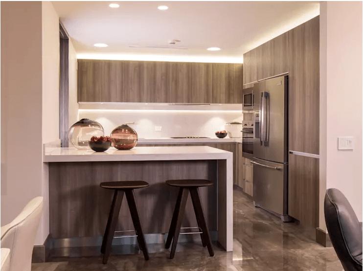 Không gian tủ bếp được làm nổi bật nhờ ánh sáng