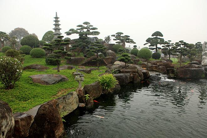 Đáy và thành hồ được đổ 1 lớp bê tông dày. Thành hồ được ghép bằng 100 tấn đá bán quý mà chuyển từ Nghệ An về Thái Nguyên
