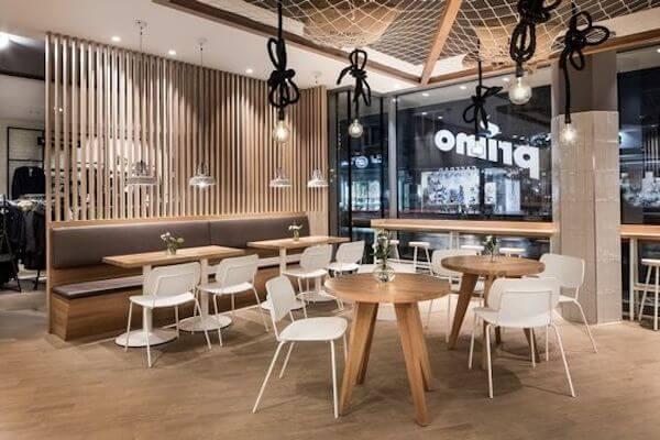 Không gian quán cafe được thiết kế với sự sang trọng và hiện đại