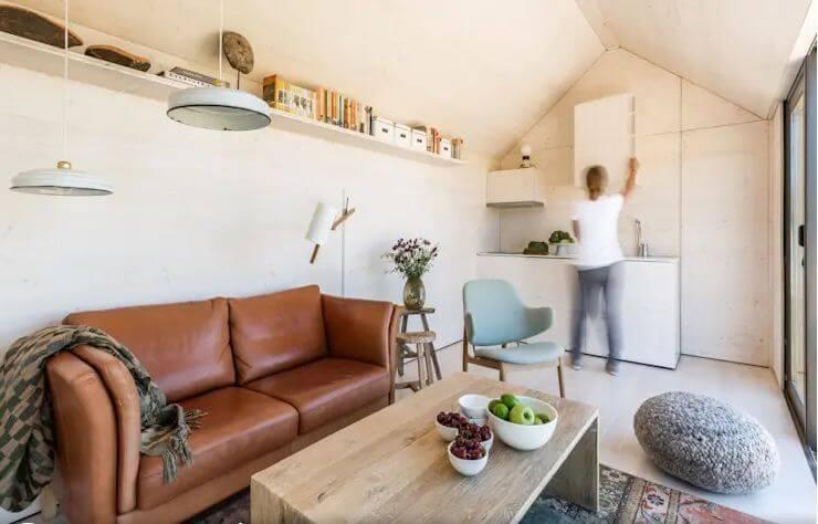 Hệ thống giá, kệ nhỏ gần trần nhà - Nội thất cho nhà nhỏ