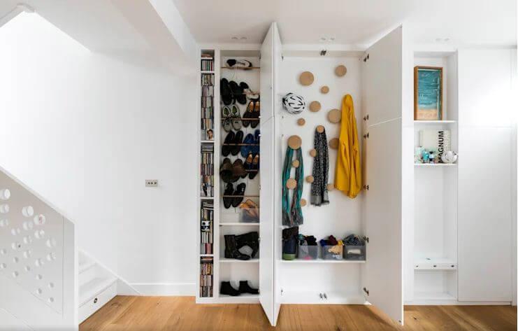 Móc và giá treo được giấu phía sau cánh cửa tủ - Nội thất cho nhà nhỏ