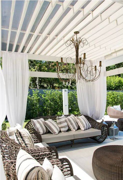 Hiên gỗ sơn trắng với rèm - Thiết kế mái hiên đẹp