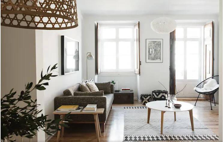 Phòng khách nhỏ nhưng không gian tràn ngập ánh sáng tự nhiên