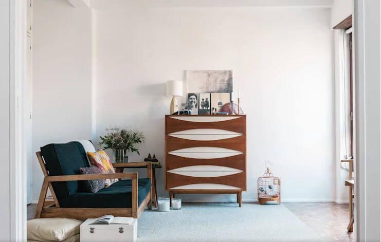 Đồ nội thất tinh xảo tạo điểm nhấn cho phòng khách mộc mạc