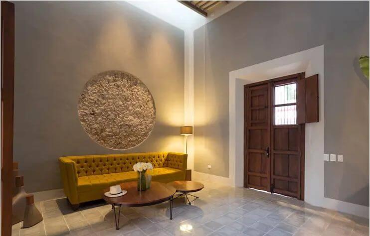 Phòng khách ấn tượng với nét bí ẩn, không gian mang chất thiền