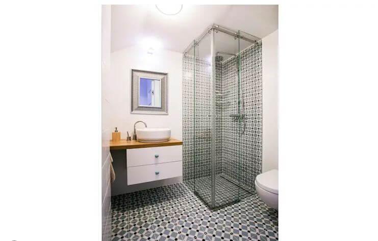 Phòng vệ sinh đẹp mắt với cách ốp gạch đồng bộ cho sàn và góc tường - Thiết kế phòng tắm