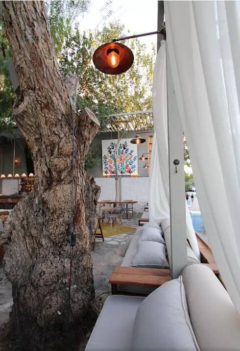 Rèm treo và ghế ngồi thoải mái - Thiết kế Cà phê sân vườn