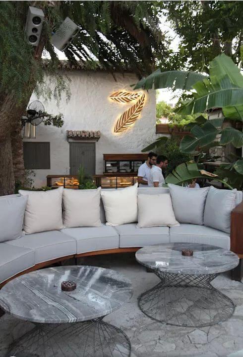 Dãy ghế tròn cho nhóm bạn hoặc gia đình - Thiết kế Cà phê sân vườn