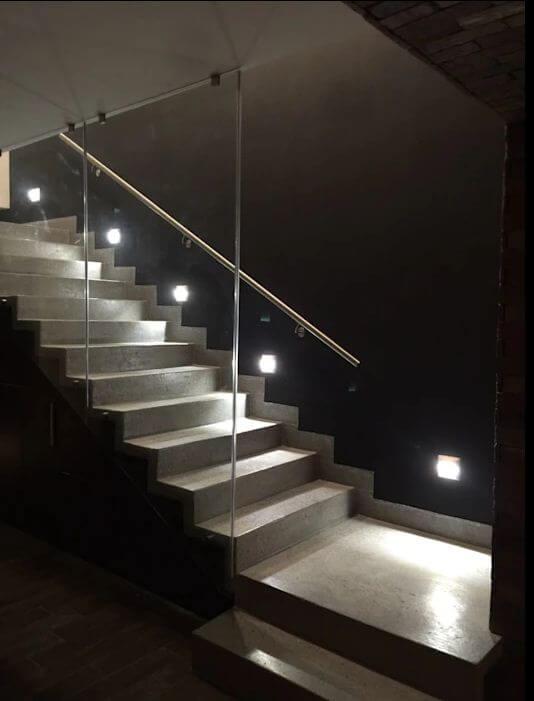 Mơ màng với đèn trắng, kính thủy tinh và chiếc cầu thang bê tông thời thượng