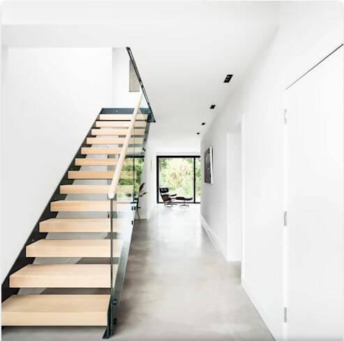 Khu vực cầu thang thoáng đãng - Mẫu nhà 2 tầng hiện đại