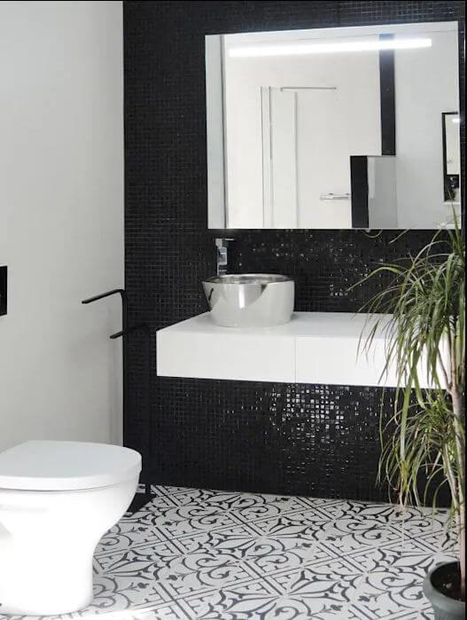 Phòng tắm sang trọng nhờ mảng tường đen - Gạch ốp tường