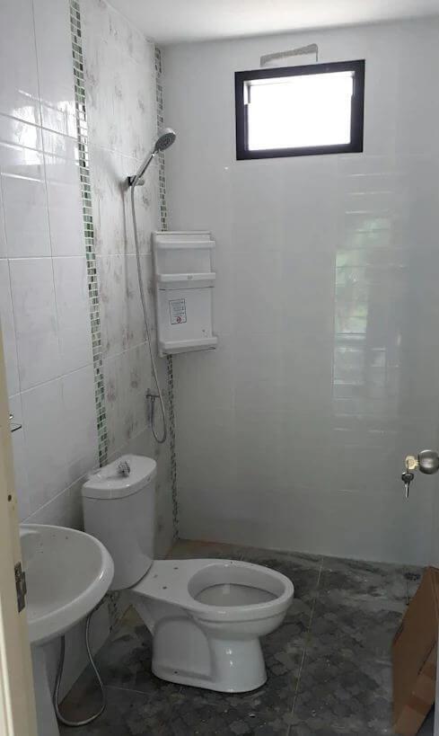 Phòng tắm trắng sáng, gọn gàng - Xây nhà trệt 3 gian 70m2
