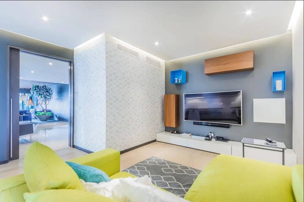 Kệ TV áp tường phong cách tối giản cùng TV treo tường - Kệ tivi phòng khách