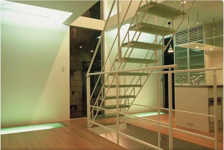 Lưới sắt được dùng làm bậc thang trong nhà
