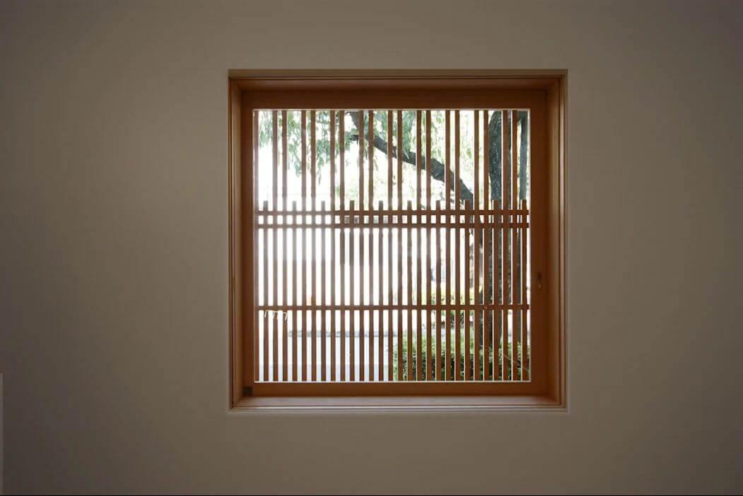 Mẫu cửa sổ nan gỗ bất đối xứng