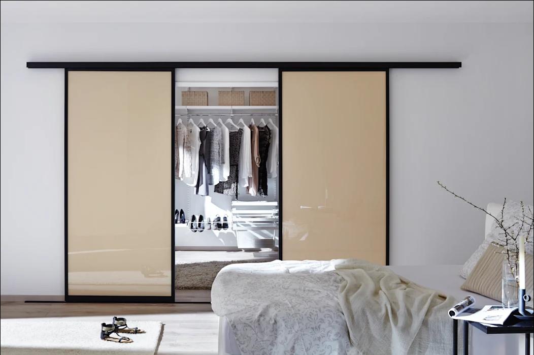 Cửa màu be kem phối cùng tủ đồ trắng theo chủ nghĩa đơn giản - Tủ quần áo đa năng
