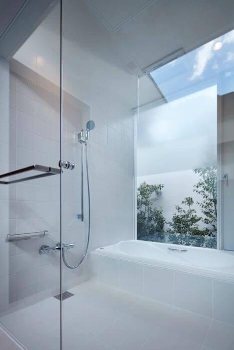 Thiết kế nhà tắm đẹp đơn giản với giếng trời