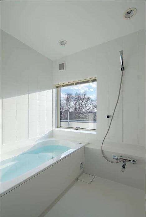 Thiết kế nhà tắm đẹp đơn giản với cửa sổ lấy sáng