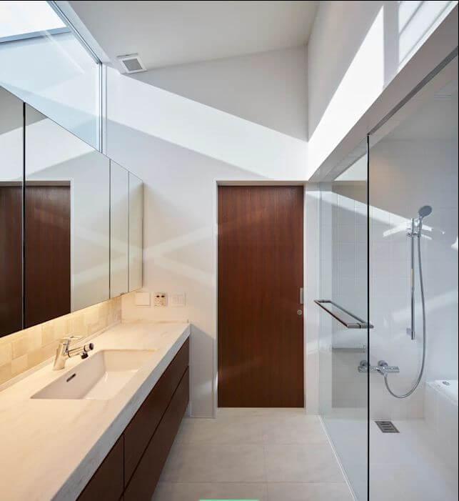 Thiết kế nhà tắm đẹp đơn giản sử dụng cửa lấy sáng từ trên cao