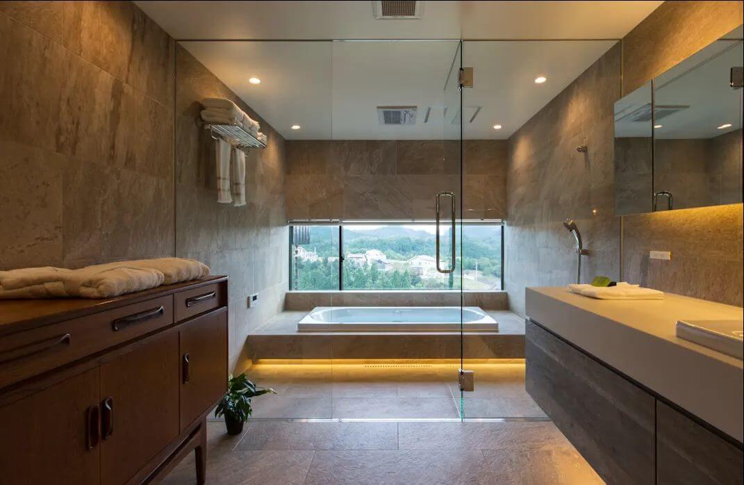 Thiết kế nhà tắm đẹp đơn giản với ô cửa sổ dài