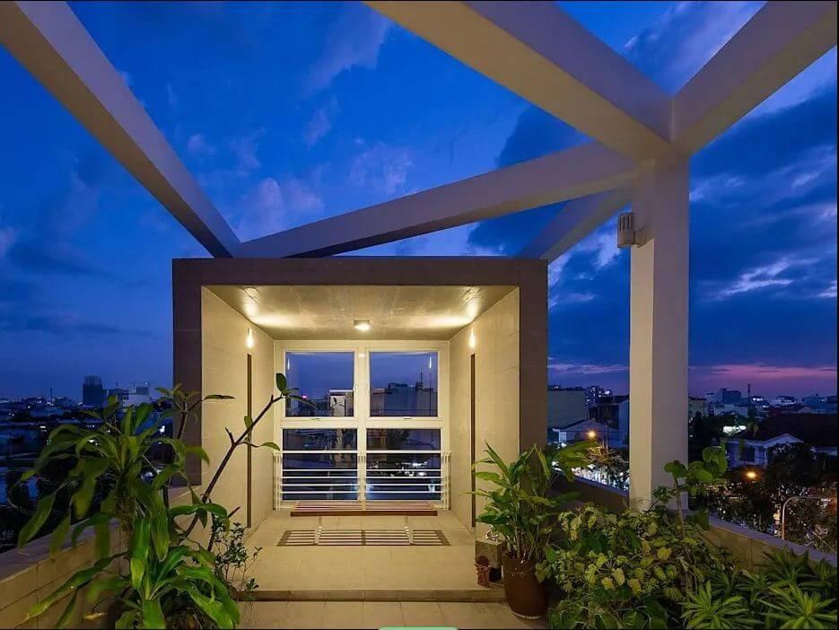 Sân thượng thoáng mát của mẫu nhà ống 4 tầng đẹp