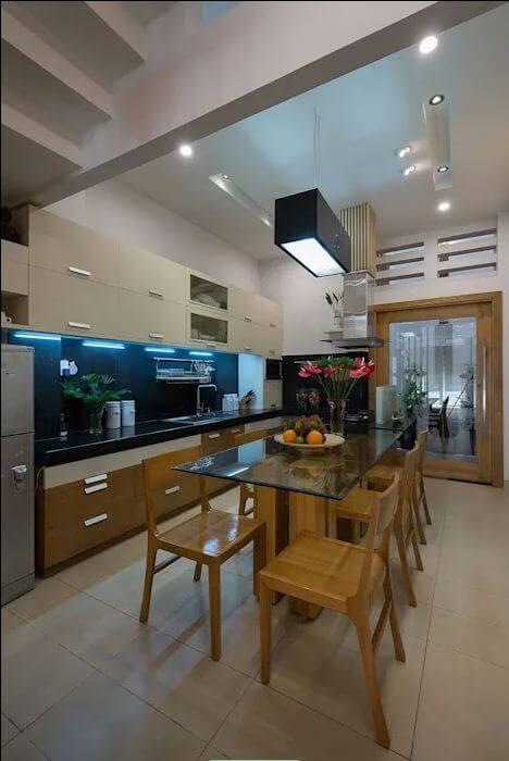 Phòng bếp đa năng, đầy tiện nghi của mẫu nhà ống 4 tầng đẹp - 2
