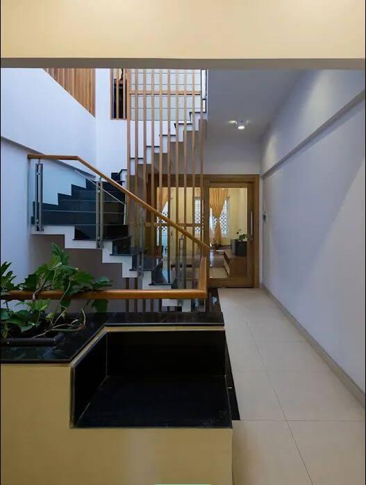 Thiết kế cầu thang độc đáo của mẫu nhà ống 4 tầng đẹp