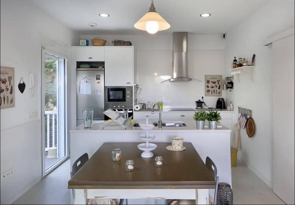 Bếp nhỏ gọn gàng, đầy đủ, tiện nghi - Căn nhà gỗ 1 tầng