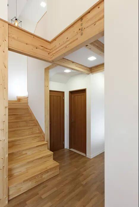 Cầu thang gỗ kết nối không gian - Mẫu nhà kiểu Hàn Quốc