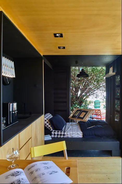 Góc đọc sách kiêm giường ngủ thoải mái - Thiết kế nhà Container