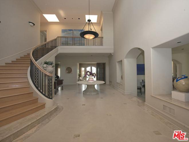 Tiền sảnh biệt thự rộng rãi, thoáng sáng, dẫn lối vào các khu vực chức năng khác. Khu vực này hiện chưa có nội thất hoặc điểm nhấn thiết kế nào ấn tượng.