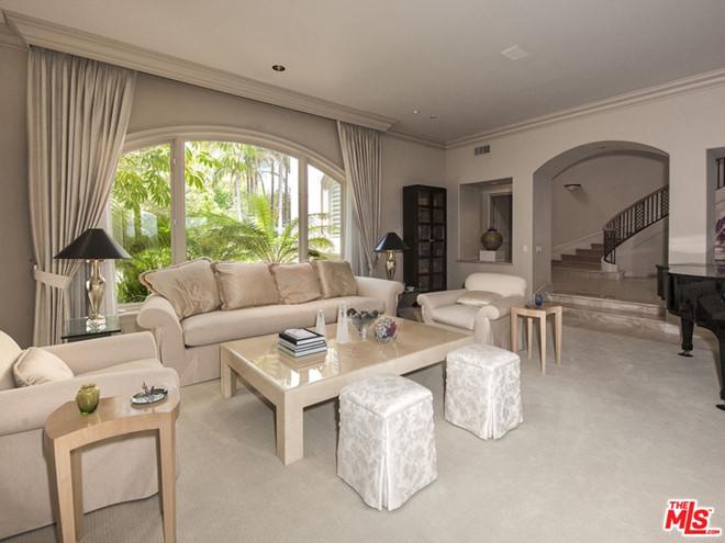 """Bên trong biệt thự của """"nữ hoàng lông mày"""" còn có một phòng khách khác nhỏ gọn, bài trí ấm áp hơn. Đàn piano ngay cạnh khiến không gian này tựa như phòng trà thân thiện."""