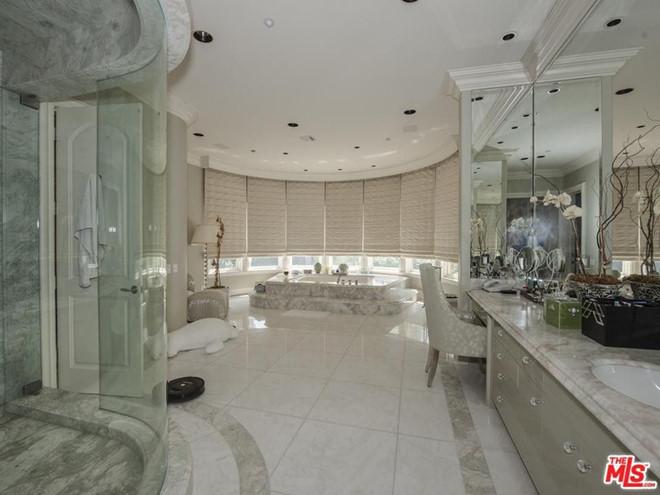 Phòng tắm chính rộng thoáng, đầy đủ tiện nghi hiện đại với chất liệu đá cẩm thạch chủ đạo. Căn phòng tích hợp thêm khu spa cao cấp.
