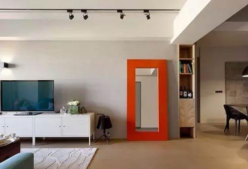 Gia chủ nên tránh để gương soi đối diện trực tiếp với cửa chính vào nhà.