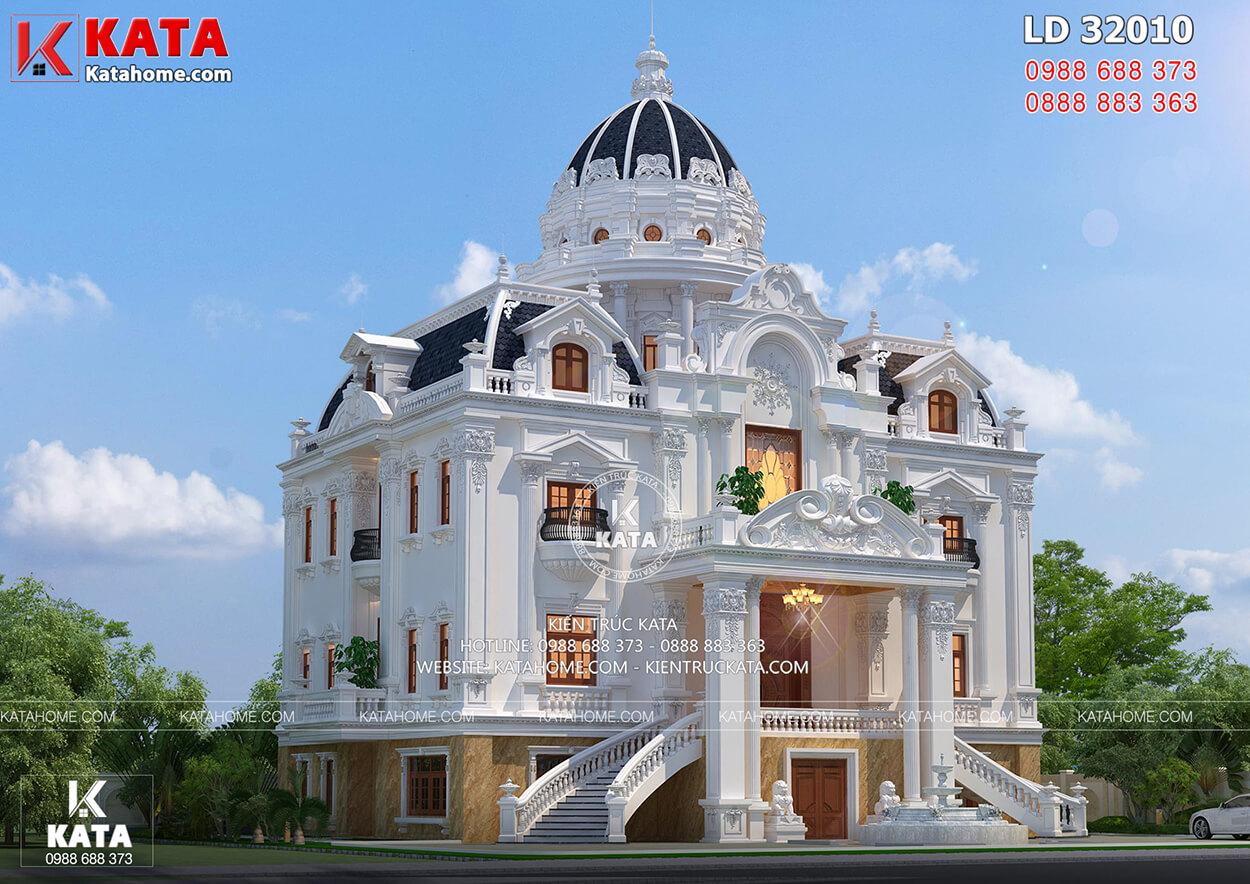 Ngôi nhà nổi bật với tone màu trắng trang nhã và mái chóp quyền lực, vươn cao.