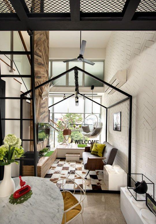 Phòng khách nhỏ thoáng đãng và đẹp mắt hơn nhờ tận dụng được ánh sáng tự nhiên từ khung cửa kính lớn.